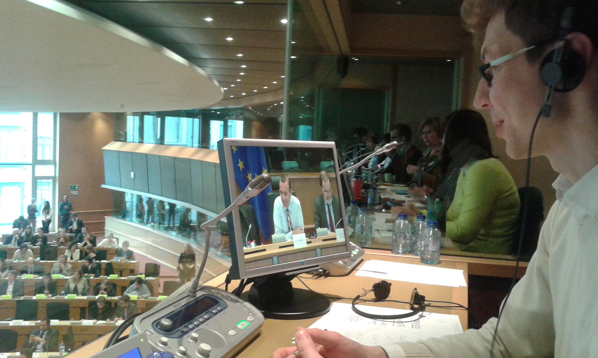Tłumacz wykonuje tłumaczenie symultaniczne na konferencji